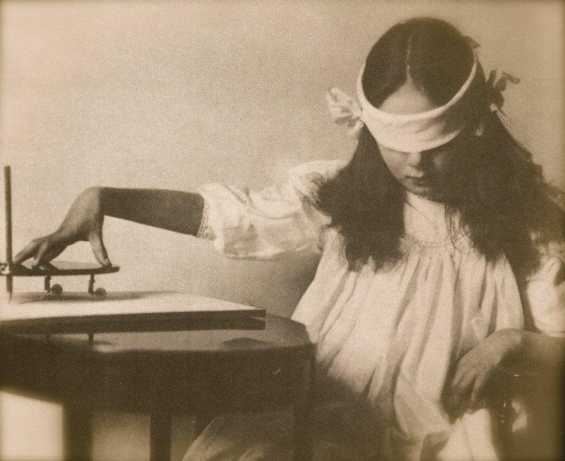 Movimenti misteriosi - La tavola di ouija ...